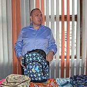 primarul badescu trebuie sa aleaga ghiozdanele pentru elevi