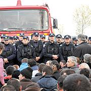 protestatarii de la pungesti au demolat gardurile de la chevron