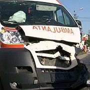 ambulanta care transporta un pacient lovita de un autobuz