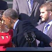 barack obama si-a intrerupt discursul pentru a ajuta o femeie insarcinata