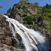 peisaj de basm la cascada moara dracilor din muntii latoritei