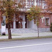 busturile lui henric iv si mihai viteazul in fata colegiului mihai viteazul
