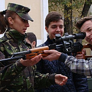 scoala altfel aduce elevii prahoveni la armata