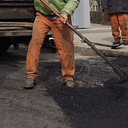 trei ploiesteni prinsi la furat de covor asfaltic