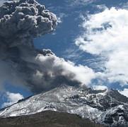 eruptia vulcanului ubinas din peru a aruncat cenusa pe o raza de sapte kilometri
