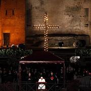 crucificarea lui isus hristos marcata prin procesiuni la roma si in diferite colturi ale lumii
