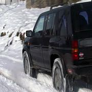 doi turisti blocati cu masina pe un drum din bucegi cu zapada de jumatate de metru au fost salvati