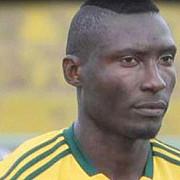 un atacant camerunez a fost lovit de un obiect din tribune si a murit dupa aceea la spital