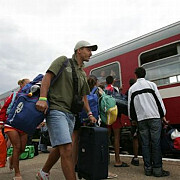 sute de persoane blocate in doua trenuri in judetul caras severin