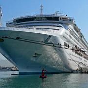 sute de oameni aflati in croaziera au fost plasati in carantina pe o nava de lux