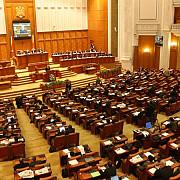parlamentul poate fi dizolvat daca nu voteaza investirea a trei guverne succesive