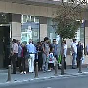 bulgarii stau la cozi interminabile la banci pentru a-si retrage banii