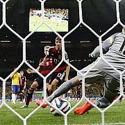 istoria unei natiuni care a imbogatit fotbalul saracita in 90 de minute