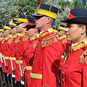 armata romana a introdus uniforma rosie pentru evenimente de protocol