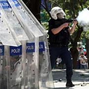peste 120 de oameni au fost arestati si alti zeci au fost raniti in urma violentelor de la istanbul