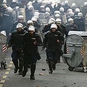 kosovo albanezii au incendiat masini de politie in mitrovica