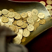 140 de monede dacice din aur gasite de copii intr-o vizuina de vulpe