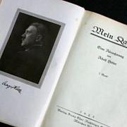 doua editii ale mein kampf cu semnatura originala a lui hitler vandute pentru 64000 de dolari