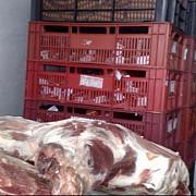 noua tone de carne de porc expirata de anul trecut au fost gasite intr-un depozit din ghimbav
