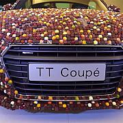 noul audi tt a fost acoperit in 27000 de bucati de ciocolata