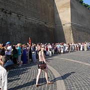 romanii stau la coada in roma pentru a vota