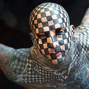 o lume nebuna cum arata barbatul tatuat din cap pana-n picioare