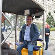 foto alesii locali au fost plimbati cu masinuta electrica fara sofer