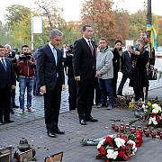 ponta si leanca au depus buchete de flori la crucea din piata maidan locul luptelor pro-ue din kiev