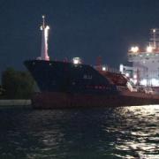 panica in portul tulcea o nava comerciala s-a lovit de un dig de protectie spre spaima celor aflati pe faleza