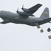 americanii au parasutat armament pentru kurzii asediati in orasul sirian kobane