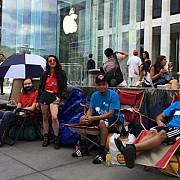 oameni asteapta la coada in fata magazinului apple din new york pentru un iphone 6 care deocamdata nu exista