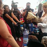 elena udrea fara pantofi cu toc la festivalul cascavelei de la valea doftanei foto