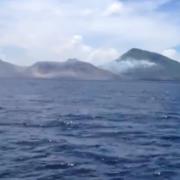 eruptia unui vulcan surprinsa de un turist video