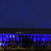 palatul victoria iluminat in albastru pentru a marca ziua internationala de constientizare a autismului