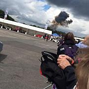 un avion de acrobatii s-a prabusit la un festival la care participau sute de oameni