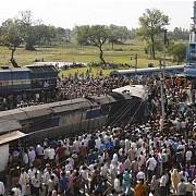 india doua trenuri au deraiat din cauza inundatiilor cel putin 27 de morti