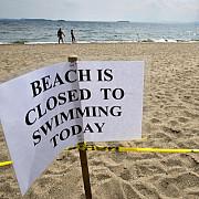 plaje inchise din cauza rechinilor turistii sunt atentionati sa nu intre in apa
