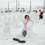 un orasel japonez detine recordul mondial al celor mai multi oameni de zapada ridicati intr-o ora