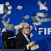 fifa un britanic a aruncat cu bani falsi in blatter in timpul unei conferinte de presa