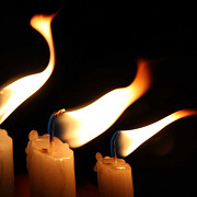trei copii au murit din cauza unui incendiu mama lor le lasase o lumanare aprinsa