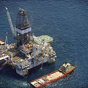 lukoil foreaza doua puturi petroliere in apele romanesti ale marii negre