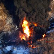 alerta in illinois un tren a deraiat si 6 vagoane cu titei au luat foc