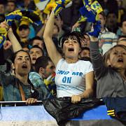 8 martie galben-albastru fotbalistii petrolului ofera flori si invitatii la meci la carrefour