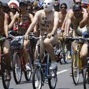 peru sute de biciclisti au protestat dezbracati fata de poluare si conditiile din trafic video