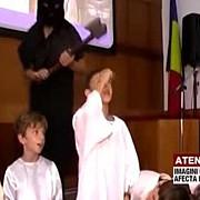 video sceneta controversata la o scoala privata copii de 8 ani au fost decapitati de un calau