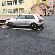 tare cum a asfaltat dorel o parcare in jurul unei masini la aiud