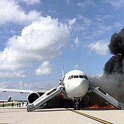 video un avion a luat foc pe pista in florida mai multe persoane au ajuns la spital