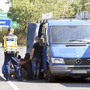 imigranti irakieni salvati de autoritatile ungare dintr-un microbuz abandonat pe autostrada