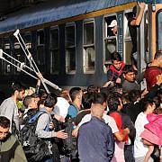 migrantii refuza sa paraseasca trenul oprit de autoritati la bicske pentru a merge intr-un centru de refugiati