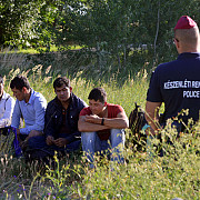 video o angajata a unei televiziuni maghiare a lovit copii imigranti a fost concediata